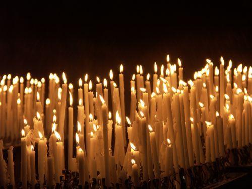 Velas en recuerdo de las 124 víctimas del incendio de la fábrica de Bangladesh frente a tiendas C&A