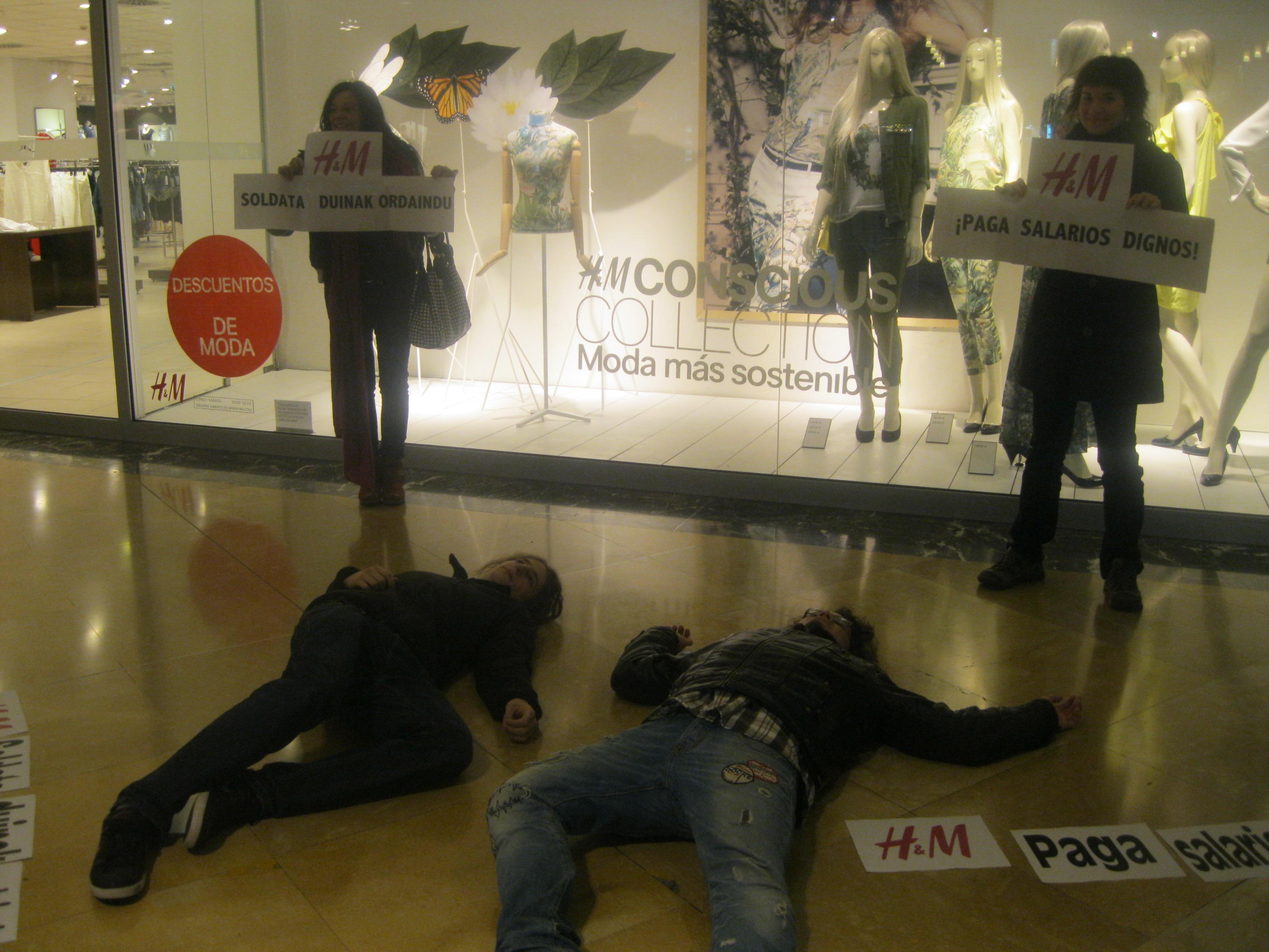 Activistas de la Campaña Ropa Limpia exigen a H&M un salario digno para las trabajadoras de Camboya