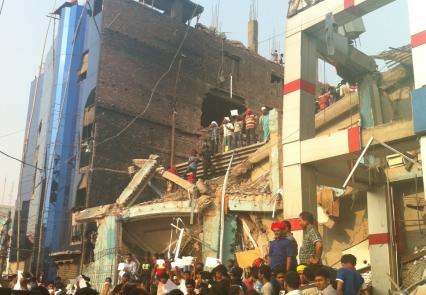 Repulsa ante una nueva tragedia evitable en Bangladesh. Etiquetas de Primark y Mango encontradas en la fábrica