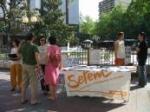 Acción de calle de la Campaña Ropa Limpia en Zaragoza