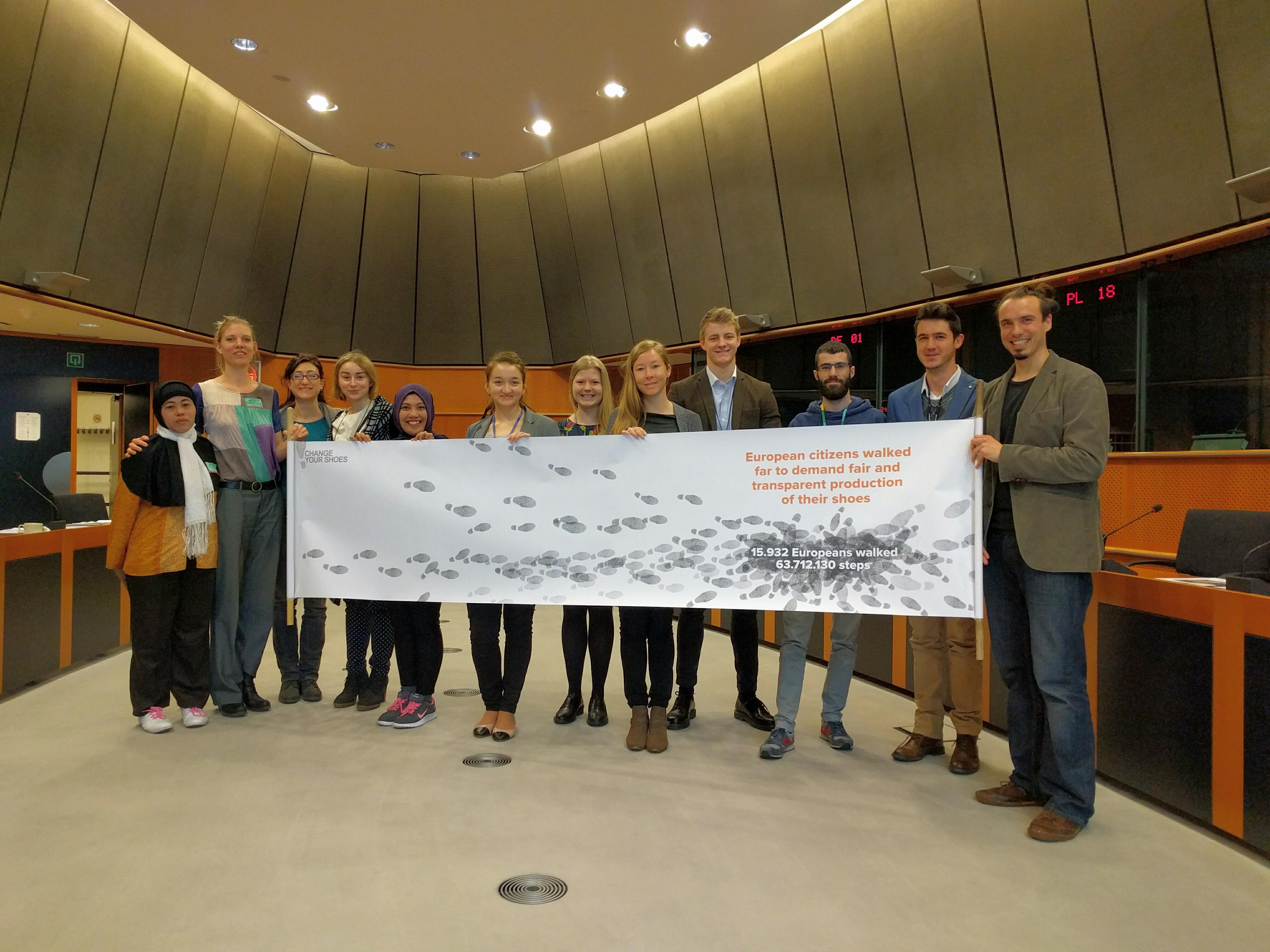 Una delegación del consorcio Cambia Tus Zapatos llevó las demandas de la campaña al Parlamento Europeo