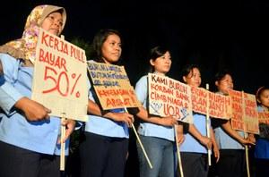 Activistas exigen a UNIQLO, firma de moda japonesa, que pague a sus trabajadoras lo que les debe