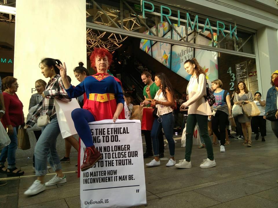 La Campaña Ropa Limpia sale a la calle para destapar la cara oculta de la moda