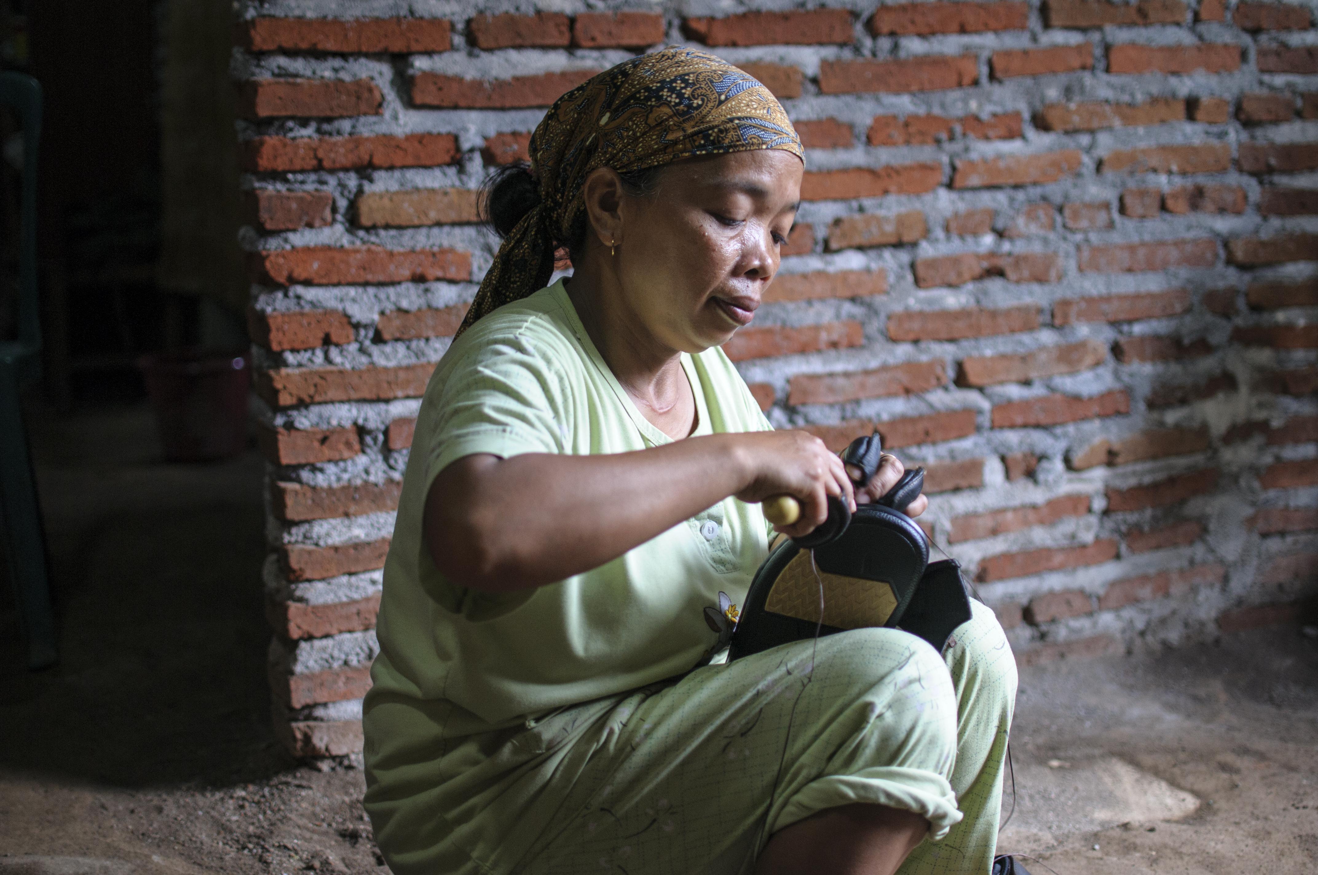 Trabajo temporal y a domicilio impide la organización y mantiene salarios de pobreza en el sector del calzado de Indonesia